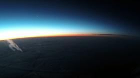 Videoen viser en vakker solnedgang med planeten Venus synlig på venstre side.