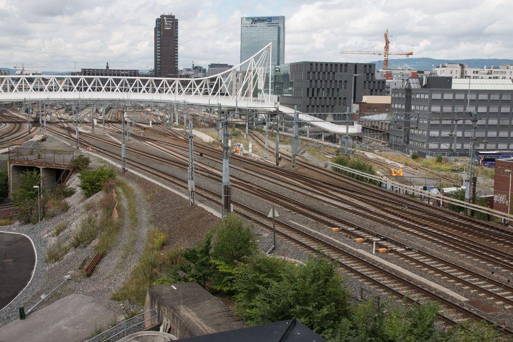 Langs jernbanesporet ligger det mye utstyr med kabler som skal strekkes inn til sikringsrommet. Disse kablene ligger i egne kabelgater, som er de grå kantsteinen langs skinnene.