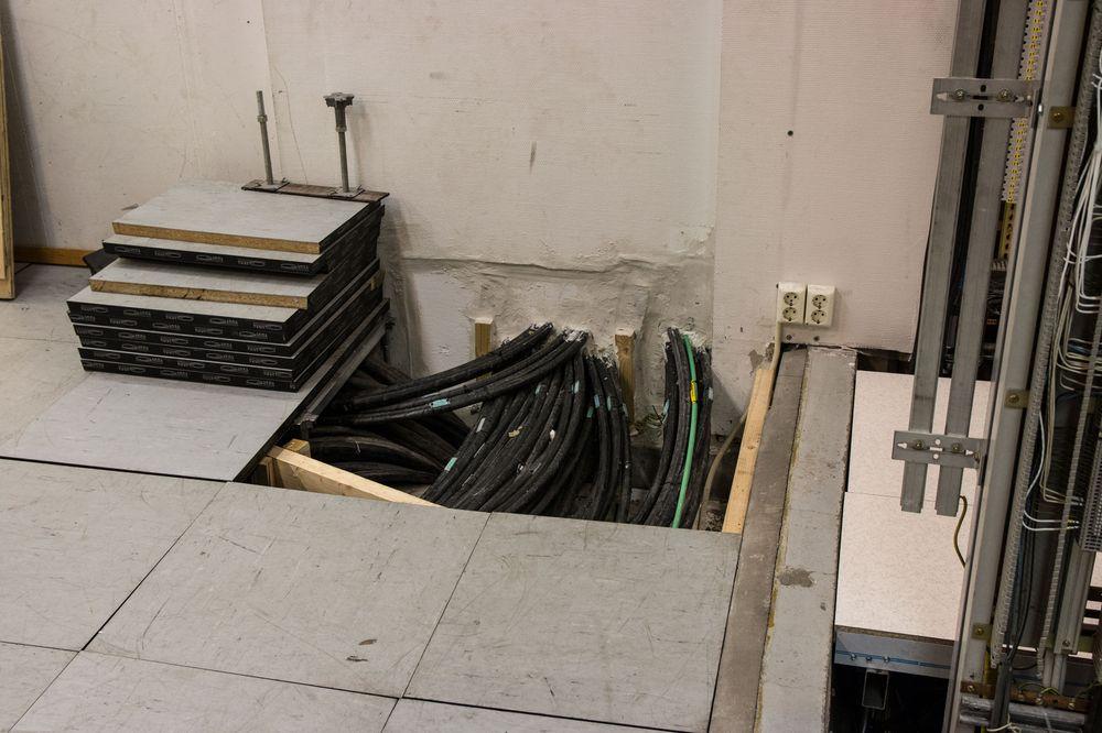 Alle kablene fra sporet kommer inn i sikringsanlegget, under datagulvet.