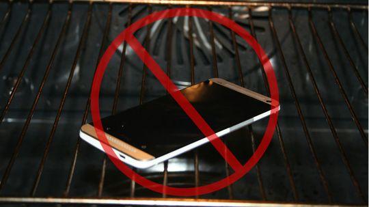 Det er en dårlig idé å tørke mobilen i stekeovnen. Sjansen for å ødelegge komponentene er høy.