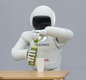 Nye ASIMO er i stand til å skru av korken på flasker.