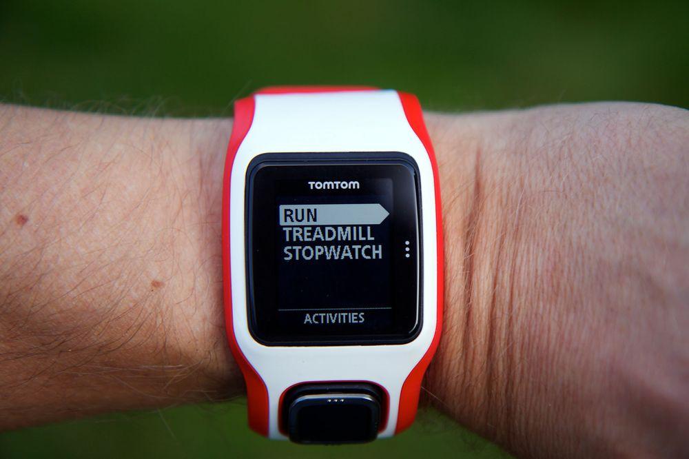 Velg mellom utendørs løping, tredemølle eller stoppeklokke. Velger du Multi-Sport-varianten av klokken, kan du også velge svømming og sykling.