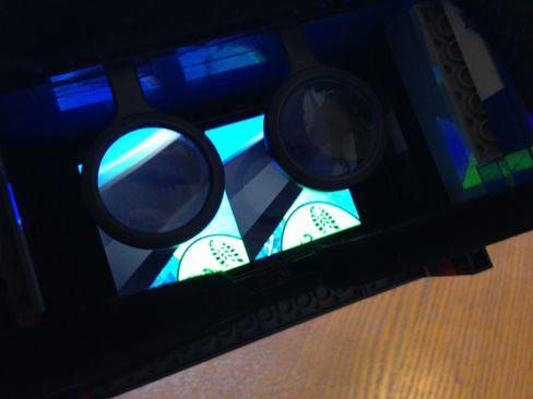 Slik ser det ut med mobilen plassert inne i brillen. .