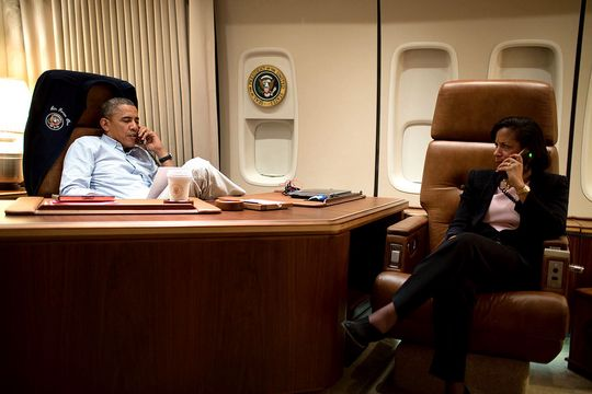 Obama i en usikret samtale sammen med en medarbeider. .