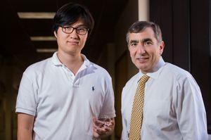 To av forskerne bak den nye lagringsteknologien, Gunuk Wang (til venstre) og James Tour.