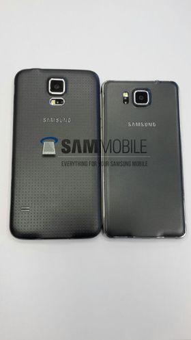 Baksiden av det Sammobile kaller Galaxy Alpha (til høyre), med Galaxy S5 ved siden av som sammenligning.