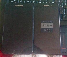 Også fra XperiaBlog.net. Sony Xperia Z3 ved siden av en Samsung Galaxy Note. Dette er med andre ord ingen liten telefon.