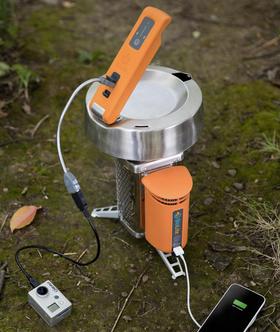 Kombinert med BioLites egen CampStove – som også kan brukes til å lade duppeditter med – skal KettleCharge visstnok være helt perfekt. Dessuten utnytter CampStove ved eller kvister til å fyre med, og du er dermed også en smule mer miljøvennlig enn du ellers ville vært.