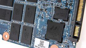 En Marvell-kontroller og 19 nm SanDisk-produsert MLC-NAND sitter i hjertet av SSD-en.