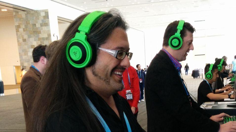 John Romero (t.v.) nyter et slag Doom med Randy Pitchford under årets GDC.