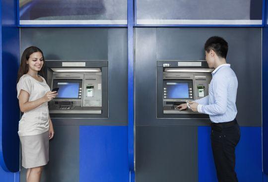 Stadig flere land tar i bruk teknologi som gjørt plastkortene overflødige i minibanken.