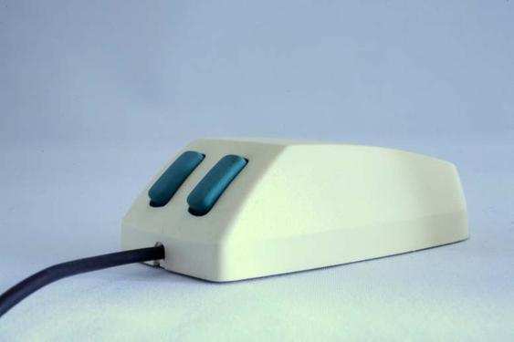 Microsofts første mus kom i 1983 og fikk fort kallenavnet «Green Eye Mouse». Den kostet 195 dollar og Microsoft brukte over ett år på å selge de første 50 000 eksemplarene.