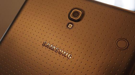 Baksiden av brettet er ikke ulik baksiden på Galaxy S5, men avstanden mellom de små gropene er større.
