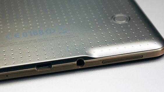 USB og AUX-kontaktene ligger på kortsiden av brettet. Legg også merke til høyttaleren. En tilsvarende finner du på motsatt side av brettet.