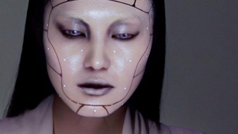 Slik ser modellen ut med «elektronisk make-up»
