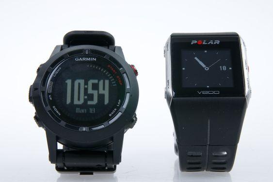 Garmin Fenix 2 har noen flere funksjoner enn  Polar V800 (til høyre), men V800 er enklere å bruke og har bedre og mer lettleste informasjonsskjermer.