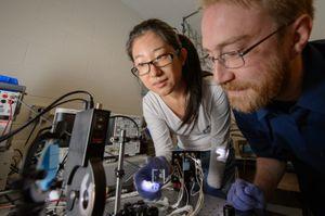 Doktorgradsstudent Yimu Zhao og førsteamanuensis Richard Lunt tester det nye solcellematerialet på laboratoriet.