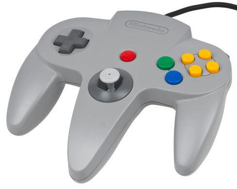 Nintendo 64-kontrolleren med sine tre håndtak. Kontrolleren kunne holdes på tre ulike måter.