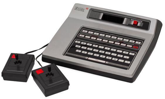 Odyssey 2 var kjent som Philips G7000 i Europa. Legg merke til den herlig stjerneformen på hullet til joystickene.