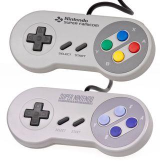 Super Nintendo-kontrolleren innførte skulderknapper. Den japanske modellen (nederst) hadde andre farger enn den vestlige modellen.