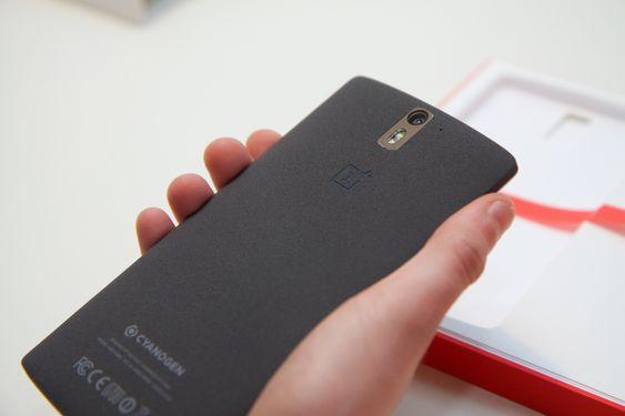 Den ruglete baksiden gjør OnePlus One god å holde i.