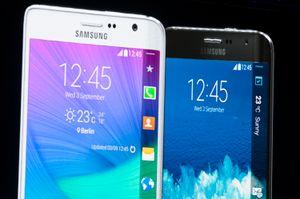 Samsung Galaxy Note Edge. Legg merke til skjermkanten på høyre side, som skrår nedover mot baksiden av telefonen. .