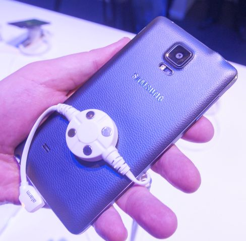 Slik ser den sorte Galaxy Note 4-modellen ut på baksiden. Fingeravtrykksensoren kan brukes som utløserknapp for frontkameraet.