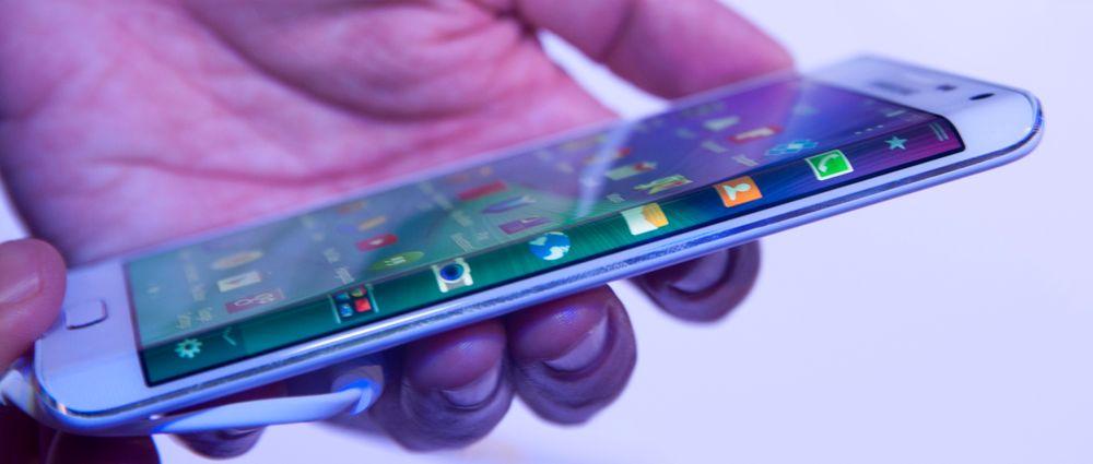 Galaxy Note Edge er en kileformet variant av Galaxy Note 4. Den kan vise informasjon langs høyre langside.