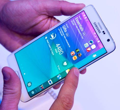 Telefonen har en hel rekke funksjoner som benytter seg av den bøyde skjermen.