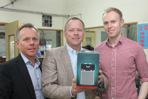 Fra venstre: Tore Vedvik, Tom Vedvik og Andreas Erlandsen. Brødrene Vedvik styrer TT-Micro, som har utviklet radioen, men Erlandsen har designet den.