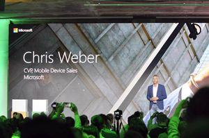 Chris Weber i Microsoft presenterte de nye Lumia-mobilene. .