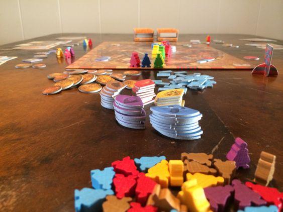 Selv om det ikke er så mye action på spillbrettet er en håndfull spillkomponenter med i spillet.