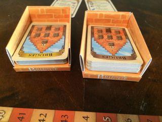 Kort kan trekkes fra en av to hauger. På denne måten har man som regel valget mellom to ulike farger på spillkortet man trekker.