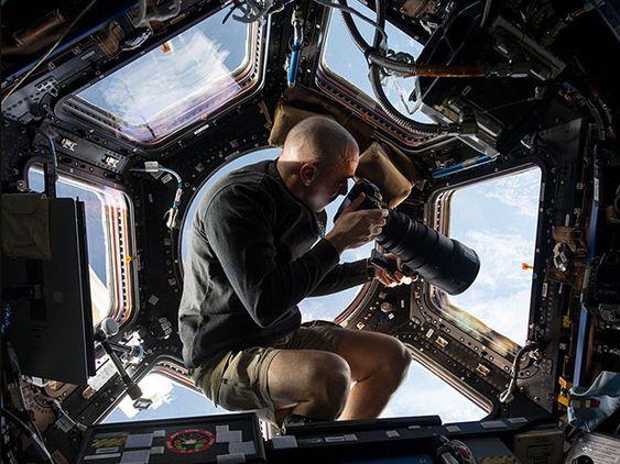Ingenting er romslig på ISS, men i kuppelen er det plass nok til å ta bilder.