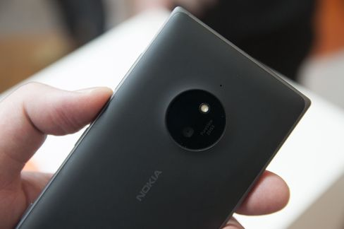 Ikke alle Nokia-telefoner er like skrikende. Lumia 830 i koksgrå burde passe greit til findressen.
