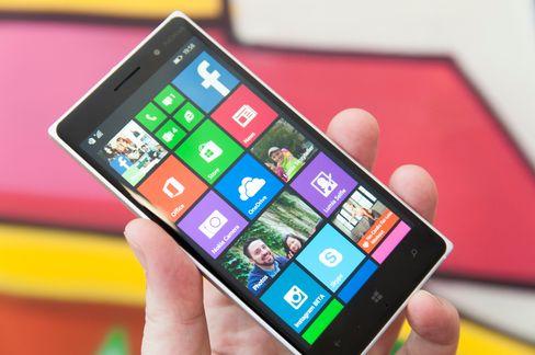 Lumia 830 likner veldig på storebror Lumia 930. Like toppspesifisert er den ikke, men avstanden føles likevel ikke stor.