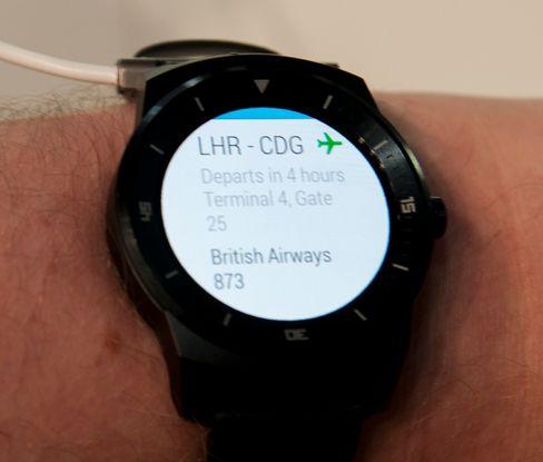 Googles lille hjelper, Google Now, er en viktig del av Android Wear, og dermed også G Watch R. Norsk talestyring er ikke støttet.