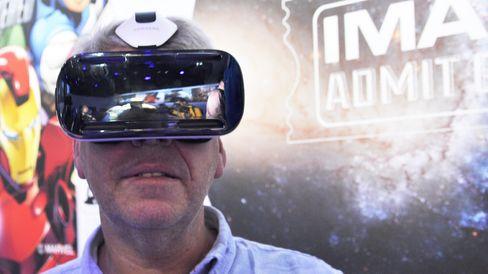 Siste generasjon i Samsungs Gear VR-serie kommer i salg nå. Har du en Galaxy S6 fra før, kan du gjøre den til en VR-brille for 2000 kroner. Utgaven som er avbildet her er for Galaxy Note 4.