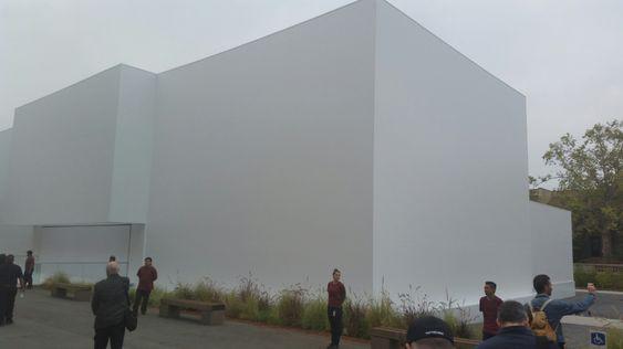Denne bygningen har Apple satt opp for anledningen. Hva skjer på innsiden?