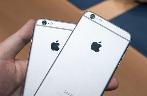 iPhone 6 til venstre og iPhone 6 Plus til høyre.