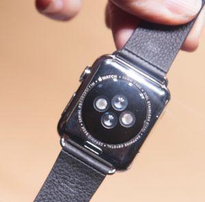 På undersiden har klokken pulssensor som brukes i kombinasjon med treningsappen Apple har laget. Den kan også fôre tredjeparts treningsapper.