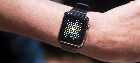 Ved hjelp av den knotten på siden av klokken kan du gjøre app-menyen på klokken kjempeliten. Det fungerer litt på samme måte som når du zoomer ut av et kart for å flytte deg fort til et land på andre siden av kloden. Har du mange apper kan altså dette bli en nyttig funksjon.