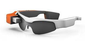 Designen på brillen vi fikk prøve var åpenbart et stykke unna det endelige resultatet, På produsentens hjemmesider finnes også bilder av en betydelig slankere modell.