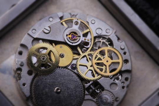 Slik ser en mekanisk klokke ut på innsiden. .