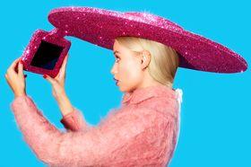 Aldri gå glipp av et perfekt selfie-øyeblikk igjen! Med mindre hatten blåser av da.