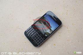 Fremsiden av telefonen viser tydelig den 3,5 tommer store skjermen og tastaturoppsettet.