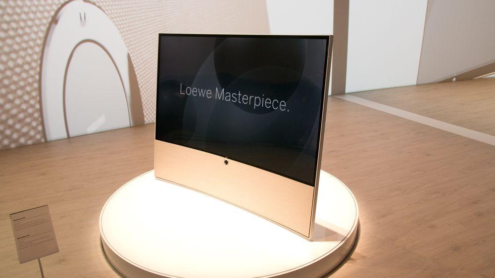 Loewe Masterpiece. Den er drøy, kurvet, har UHD, lekker design og en pris som kan skremme vannet av de fleste. .