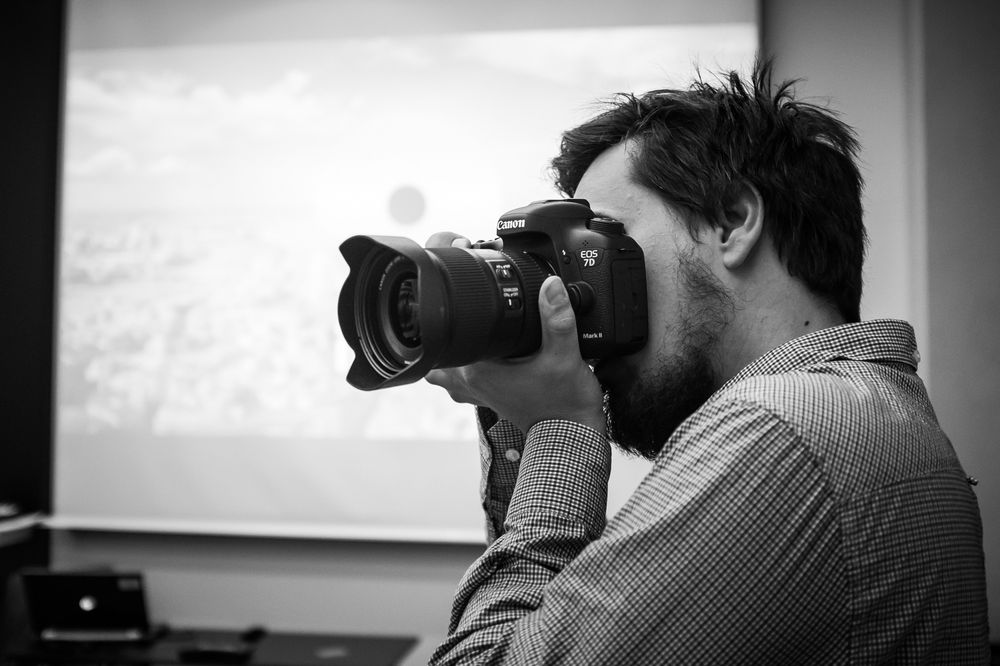 Canon EOS 7D Mark II ligger godt i hånden.
