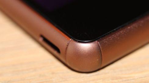Hjørner i gjennomfarget plast skal gjøre telefonen mer robust.