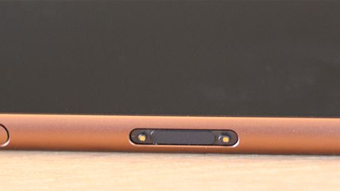 Xperia Z3 kan lades i dokk, så du slipper å åpne ladekontakten.